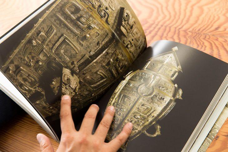 クリスティーズニューヨークでのオークションのカタログより。青銅器で作られた中国古代の方形をした酒器、方罍(ほうらい)は、オークションの目玉のひとつだった。