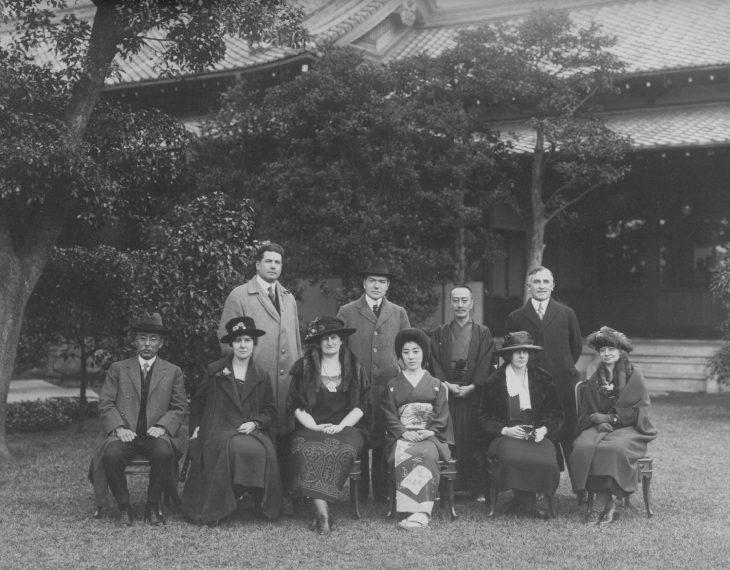 ジョン・D・ロックフェラーJr.(後左2番目)、藤田平太郎(後左3番目)    藤田邸(大阪)