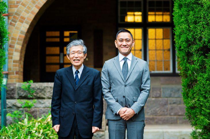 敷地内の静嘉堂文庫前にて、河野館長(左)と藤田館長(右)。この洋館は、ジョサイア・コンドルの指導を受けた櫻井小太郎による設計で、1924年に完成した