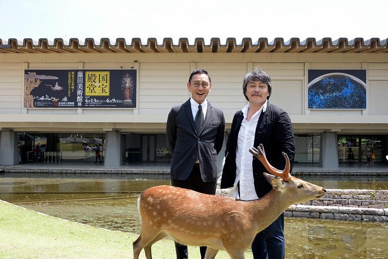 奈良国立博物館前で撮影中、鹿が乱入!